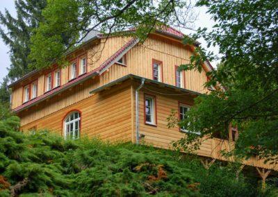 Andreas-Hecht---Wohnhaus-mit-neuen-Fenstern-u.-Brettbeschlag-aus-sibir